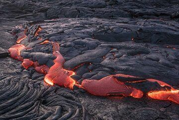 A larger breakout occurs along a 5 meter wide section of the lava flow margin. In such cases, the motion is strong enough to tilt and rotate pieces of crust into different positions. (Photo: Tom Pfeiffer)