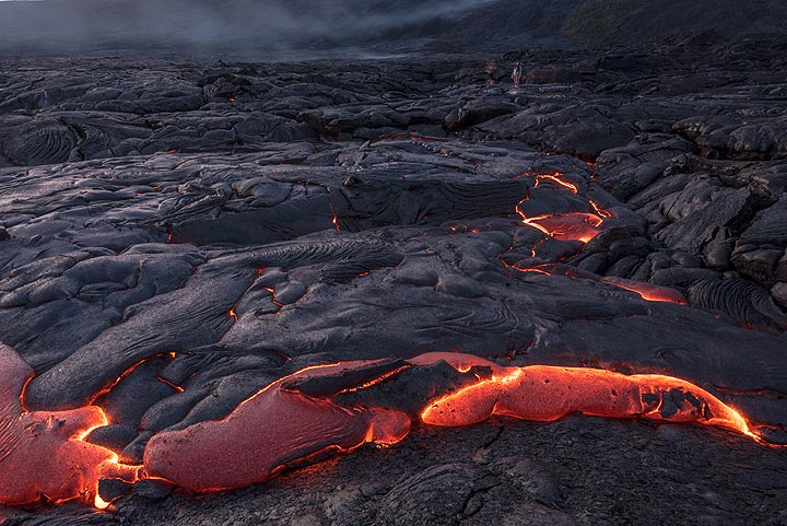 Pressure of lava under the hardened crust has lifted it up, and lava oozes out from the margins. (Photo: Tom Pfeiffer)