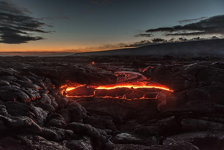 We watch as the lava flow gradually fills in a local small depression. (Photo: Tom Pfeiffer)