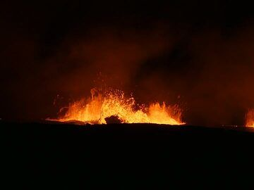 Day1: Large gas bubbles explode through the surface of the lava lake, splashing lava against the crater wall and creating red hot lava droplets (Photo: Ingrid Smet)
