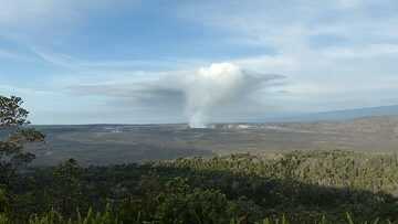 Day 3: View across Kilauea caldera from ´near the Volcano House, with Halema´uma´u crater in the centre and the silhouette of Mauno Loa to the right (Photo: Ingrid Smet)