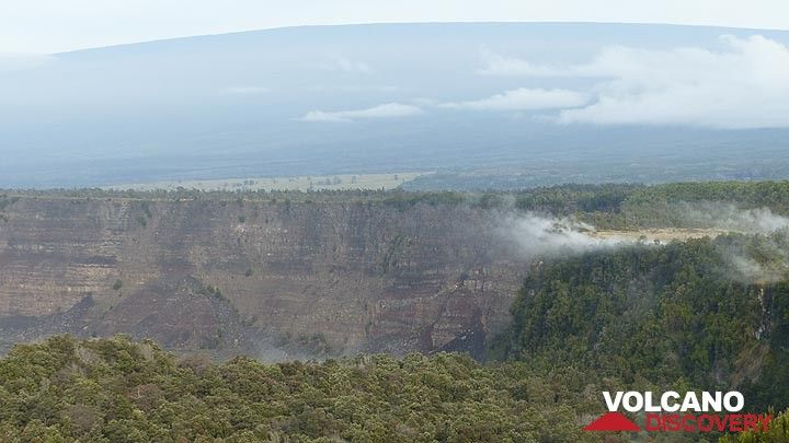 Day 3: Closer view of the inner wall of Kilauea caldera. with Mauna Loa´s silhouette in the background and steam emanating from active vents along Steaming Bluff (right) (Photo: Steven Van den Berge / Lana Van Heghe)