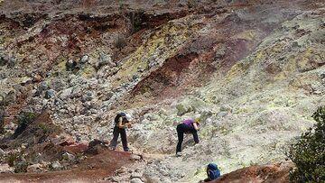 Day 3: Exploring the mineral deposits at Sulphur Banks (Photo: Steven Van den Berge / Lana Van Heghe)