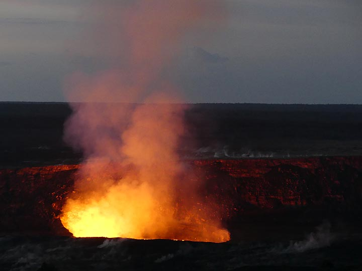 Day 3: As the morning light grows stronger, the boiling lava lakes´s red glow reflected on the inner walls of Halema´uma´u crater becomes less visible (Photo: Ingrid Smet)