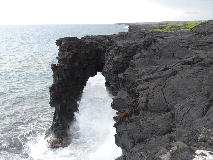 Day 3: Sea arch at the bottom of the Chain of Craters Road (Photo: Ingrid Smet)