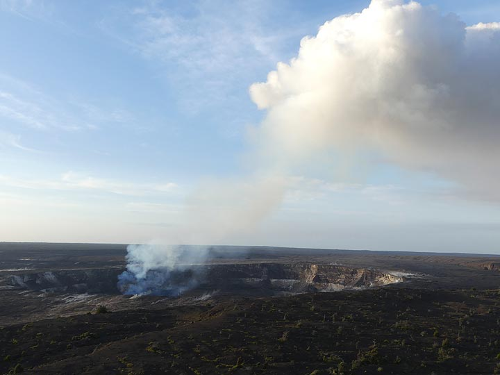 day 3: Once the sun is up, the red glow and bright light of the lava lake is no longer visible. Only the fumaroles around Halema´uma´u crater suggest its activity (Photo: Ingrid Smet)