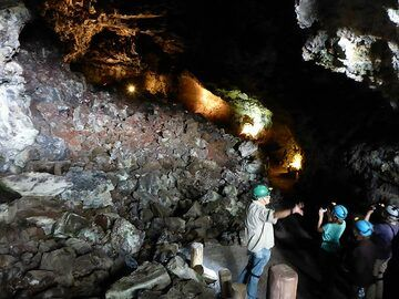 Day 4: Getting information about the lava flow that shaped this large central tube (Photo: Ingrid Smet)