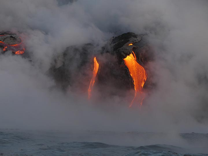Day 5: Red hot lava flowing across the bench into the ocean (Photo: Ingrid Smet)