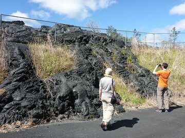 Day 5: The metal wiring on the hill bordering the waste transfer station surprisingly contained most of the 2015 Pahoa lava flow that ran past it in parallel direction (Photo: Ingrid Smet)