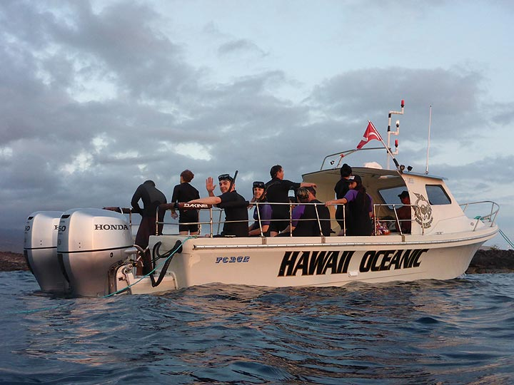 Extension day 2: Our small vessel that set out in the late afternoon for after sunset manta ray snorkeling! (Photo: Ingrid Smet)