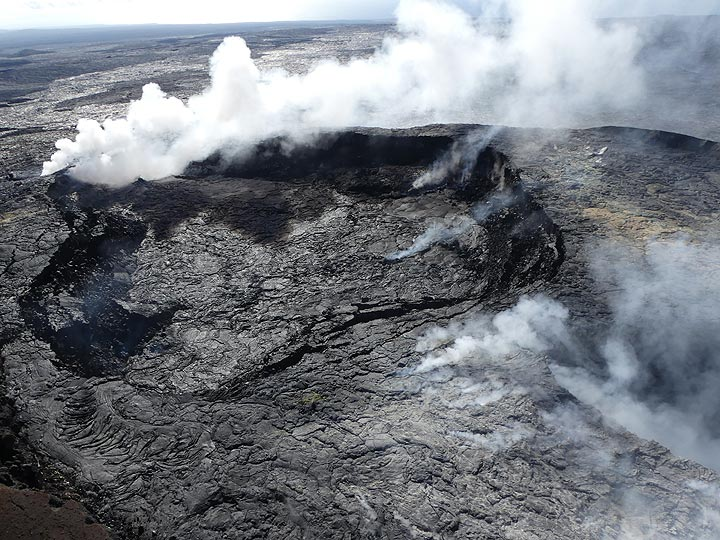 Extension day 3: The main crater at Pu´u O´o has fumaroles at different locations (Photo: Ingrid Smet)