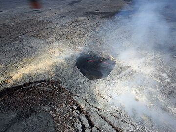 Extension day 3: Just outside the main Pu´u O´o caldera is smaller vent filled with boiling lava (Photo: Christina Metzger)