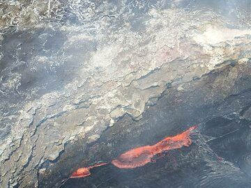 Extension day 3: Close-up of the edge of the Pu´u O´o lava lake where red hot lava bubbles up and flows over the dark cooled crust (Photo: Christina Metzger)