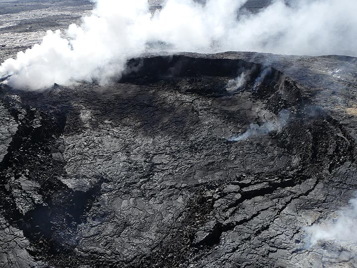 Extension day 3:  Overview of the largest crater on the Pu´u O´o lava shield of Kilauea´s East Rift Zone, which has been erupting continuously since 1983 (Photo: Ingrid Smet)