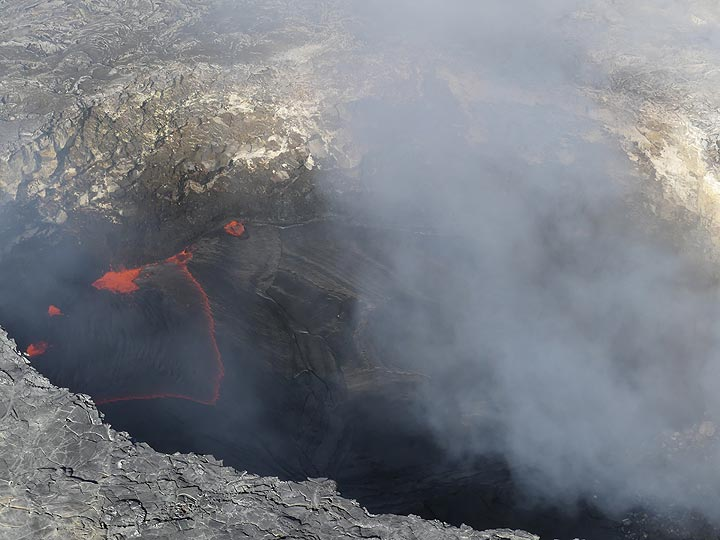 Extension day 3: Close up of the Pu´u O´o lava lake and the zigzag pattern with which boiling red hot lava breaks through the cool black crust (Photo: Ingrid Smet)