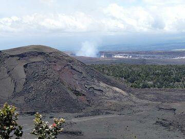 Extension day 4: Close up of the cinder and spatter cone in Kilauea Iki crater with in the central background steam rising up from Halema´uma´u crater (Photo: Ingrid Smet)