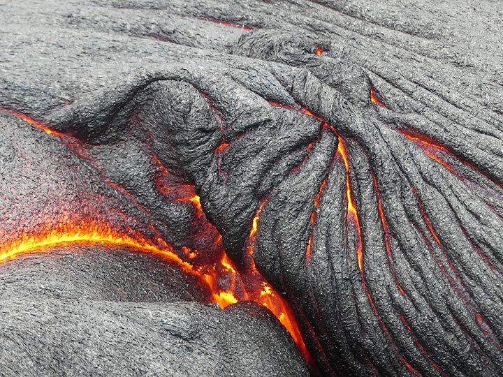 Close up of a fresh ropey textured crust and the still liquid glowing lava underneath it (Photo: Ingrid Smet)