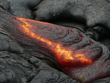 As the thin crust is pushed forwards the shear stress ruptures the crust on the sides of the lava tongue (Photo: Ingrid Smet)