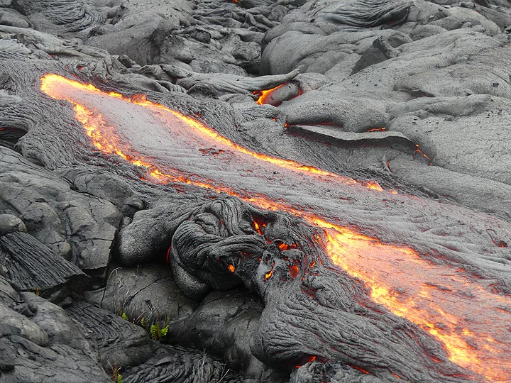 Faster flowing channel of pahoehoe lava (Photo: Ingrid Smet)