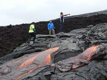 Getting up close to actively flowing pahoehoe lava (Photo: Ingrid Smet)