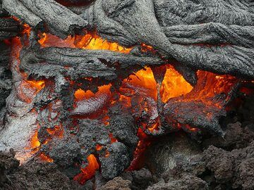 The continuously moving and changing lava flow front sometimes also forms more blocky, angular aa lava textures (Photo: Ingrid Smet)