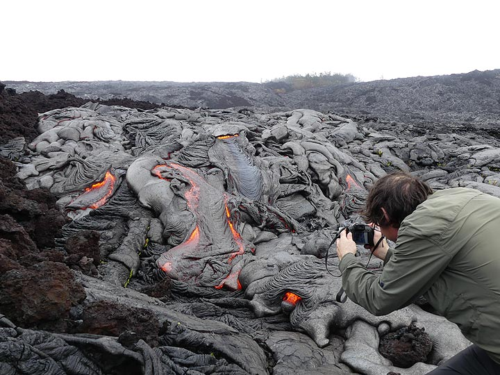 One can easily spend a few hours observing and photographing the everchanging front of an active lava flow! (Photo: Ingrid Smet)