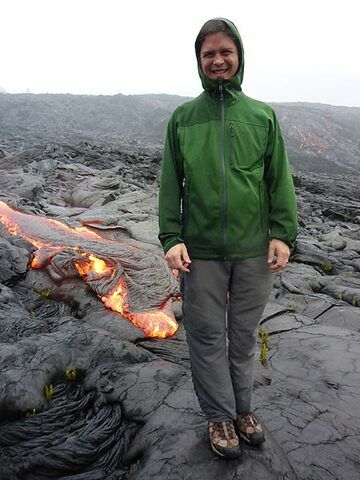 Philip Ong, our VolcanoDiscovery expert guide for Kilauea's active lava flows, trying to dry up a bit using the lava's heat (Photo: Ingrid Smet)