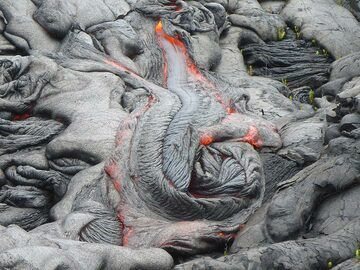 Lava flowing downhil from multiple outbreak points results into its quickly cooled crust rotating into this beautiful rosette like texture (Photo: Ingrid Smet)