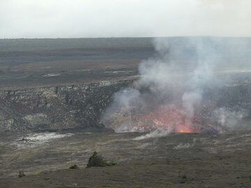 As the sun was setting, the red glow above the active lava lake of Halema'uma'u becomes visible (Photo: Ingrid Smet)