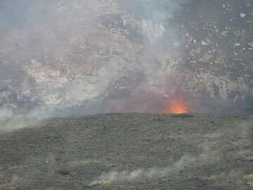 As the level of the lava lake in Halema'uma'u is once again high, we can occasionally see lava spattering upwards when large gas bubbles burst through the lake's surface (Photo: Ingrid Smet)