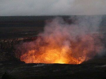 After sunset the red glow above the active lava lake emerges with the increasing darkness (Photo: Ingrid Smet)
