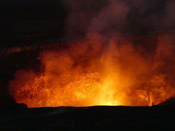 Although the lava lake itself is invisible to us just below the rim of Halema'uma'u crater, the fiery glow above it tells us that it is very active (Photo: Ingrid Smet)
