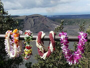 Traditional Hawaiian flower garlands, lei, adorn the balustrade of the Kilauea Iki crater lookout (Photo: Ingrid Smet)