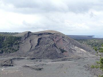 The vent from which the magma was ejected in tall lava fountains (up to 580 m into the sky!) quickly build up this large scoria cone that now dominates the Kilauea Iki crater (Photo: Ingrid Smet)