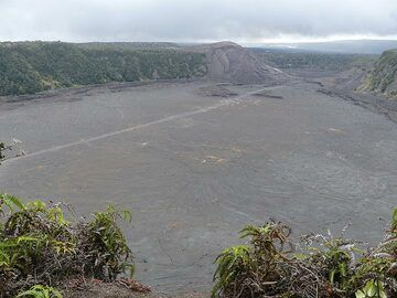 Last look back at Kilauea Iki crater and the path that we just walked across it (Photo: Ingrid Smet)