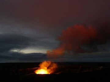 As dawn arrives and the sky gets increasingly light, the lava lake's red glow looses its intensity (Photo: Ingrid Smet)