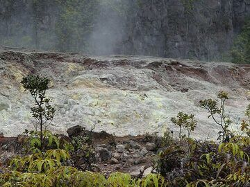 At one location there are also sulphurous gasses rising up from magma at depth, resulting in the deposits of sulphur at the surface (Photo: Ingrid Smet)