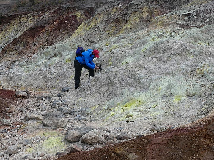 Photographing the colourful crystals at Sulphur Banks (Photo: Ingrid Smet)