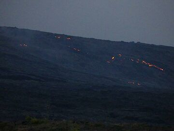 By the time we reach the end of the Chain of Craters road the sun has set and the active lava flows currently coming down the pali become visible as red glowing dots in the far distance (Photo: Ingrid Smet)