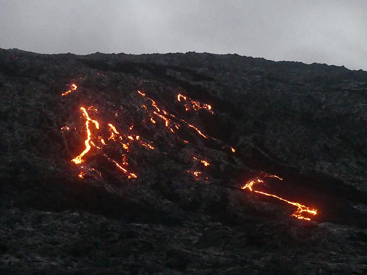 Dawn arrives as we get closer to the pali and the red hot glowing lavas that run down from it (Photo: Ingrid Smet)