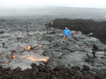 The active pahoehoe lava flow fronts that we found are advancing right next to an older aa lava flow (blocky dark lava to the right and in the foreground) (Photo: Ingrid Smet)