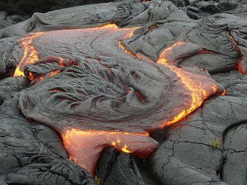 As the crust of a lava flow cools whilst its interior is till moving forward, it gets crumpled and spun into intricate textures (Photo: Ingrid Smet)