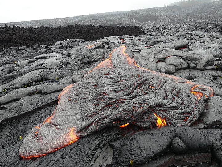 At the front of the pahoehoe lava flow the fresh thin silvery crust gets folded into ropes (Photo: Ingrid Smet)