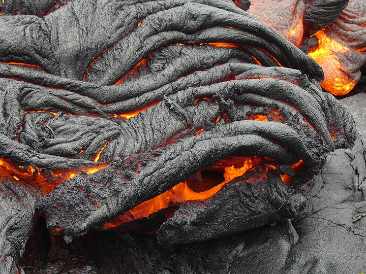 Close up of an intricately folded ropey lava crust and its still glowing hot interior (Photo: Ingrid Smet)