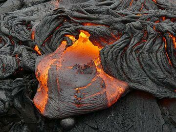New lava breakouts occur all the time along different parts of the active pahoehoe lava flow fronts (Photo: Ingrid Smet)