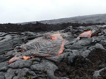 The active pahoehoe lava flows in front of the older blocky (dark brown) aa lava flow (Photo: Ingrid Smet)