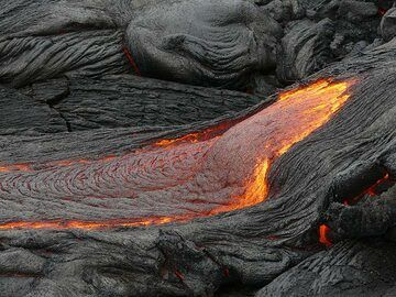 When there is a steeper gradient, new break outs creat fast flowing rivers of molten pahoehoe lava (Photo: Ingrid Smet)
