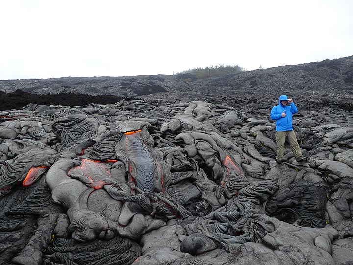The 3 hour long hike across difficult terrain in continuing rain was worth it to get so up close to active pahoehoe lava flows (Photo: Ingrid Smet)