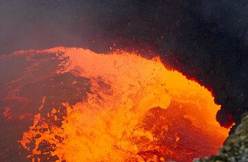 Degassing lava fountain about 2 meters wide (Photo: Tom Pfeiffer)