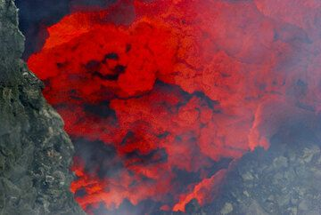 View onto the glowing walls above a section of the lava lake. (Photo: Tom Pfeiffer)